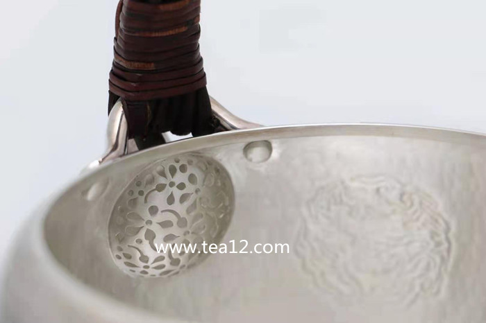 银壶度菊龙纹